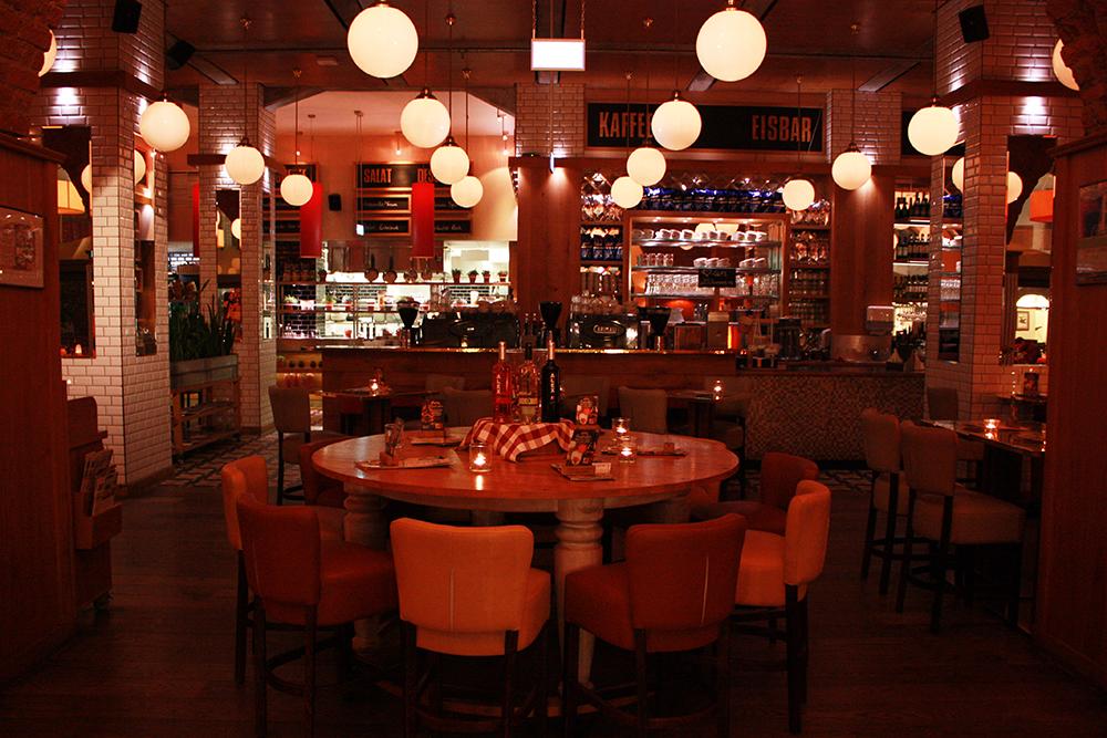 Cocktails trinken im ALEX Leipzig